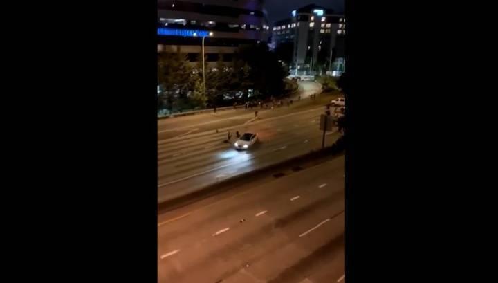 В Сиэтле водитель легковой машины снес протестующих, перегородивших трассу