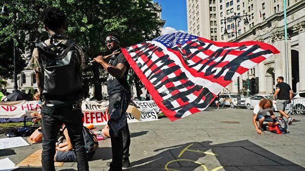 Протестующие у здания мэрии в Нью-Йорке