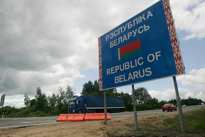 Формально границы между Россией и Белоруссией нет. Никто не ставит штампы о въездевыезде в паспорт, не проверяет визы. Но фактически это другое государство