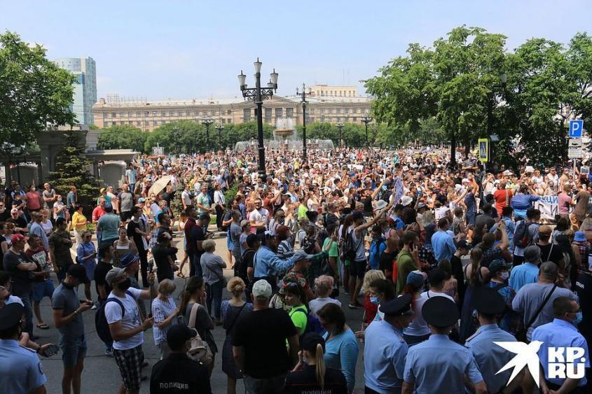 Тогда, в субботу 18 июля, люди шли по раскаленным душным улицам к мэрии, вызвать «поговорить по душам» градоначальника Сергея Кравчука. Фото: Борис КОКУРИН