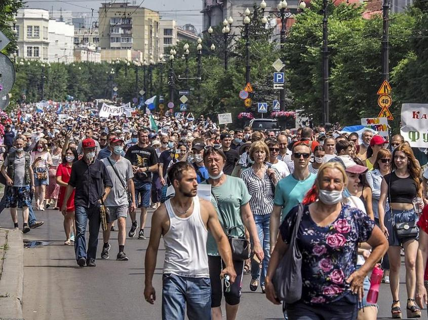 Среди протестующих выделялось ядро. Точнее несколько ядер. Фото: EAST NEWS