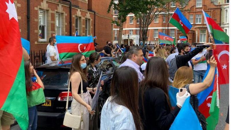 В Москве дерутся азербайджанцы и армяне. Как поступить русским?