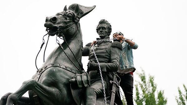 Протестующие во время попытки снести памятник президенту США Эндрю Джексону в Вашингтоне