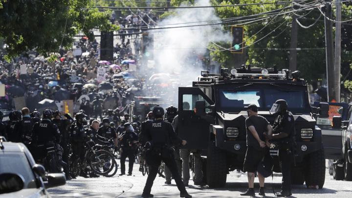 Полиция едва сдерживает массовые протесты в США, Трамп недоволен