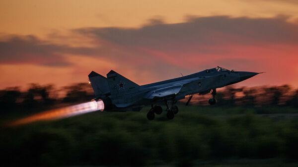 Истребитель-перехватчик МиГ-31 взлетает во время тренировочного полета