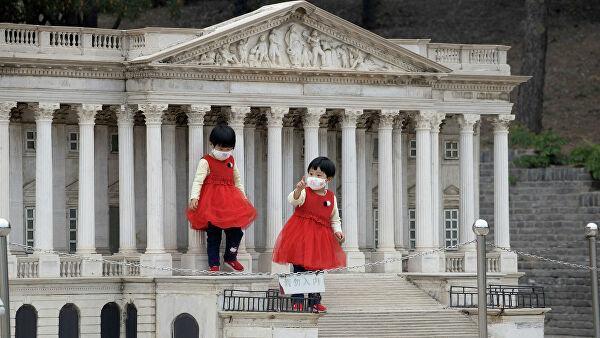 Дети на ступенях копии здания Капитолия США во Парке мира в Пекине