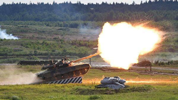 Танк Т-90А во время динамического показа современных и перспективных образцов вооружений, военной и специальной техникина  V Международном военно-техническом форуме Армия