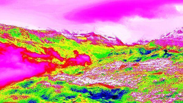 Альпийская весенняя горная тропа на инфракрасном фото