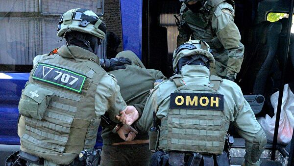 Сотрудники белорусского ОМОН задерживают правонарушител