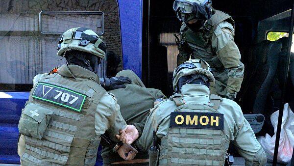 Сотрудники белорусского ОМОН задерживают правонарушителя
