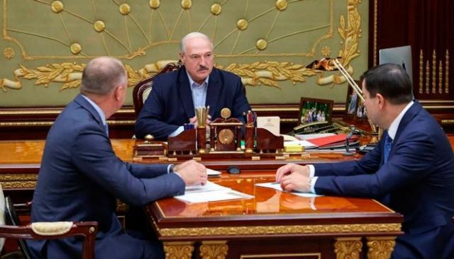 Александр Лукашенко заслушивает доклад Председателя КГБ Валерия Вакульчика и Председателя Следственного комитета Ивана Носкевича
