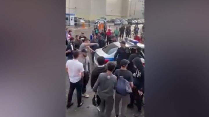 В Москве толпа диких мигрантов напала на полицейского и охранника