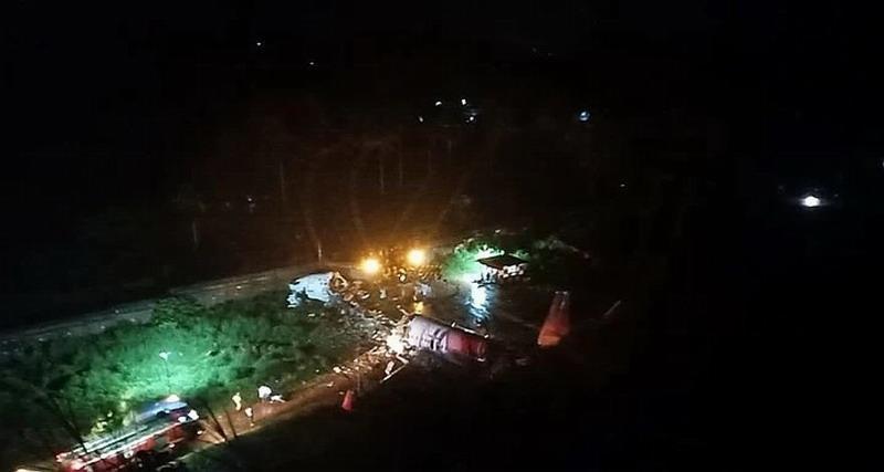 В Индии Боинг-737 развалился на две части при посадке. 20 человек погибло