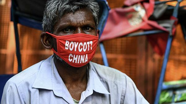 Рикша в маске с надписью Бойкот Китаю в Нью-Дели, Индия