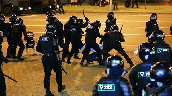 Сотрудники правоохранительных органов бьют протестующих на митинге после президентских выборов в Минске, Беларусь. 10 августа 2020