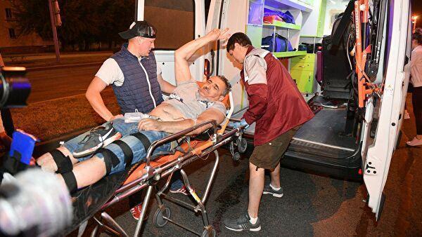 Врачи госпитализируют пострадавшего во время акции протеста в Минске