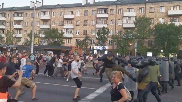 Столкновения протестующих с ОМОНом в Бресте