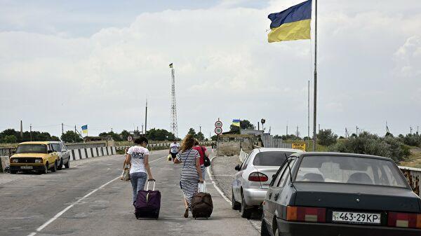 Автомобили на пункте пропуска на границе России и Украины