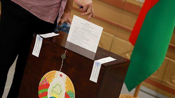 Мужчина во время голосования на выборах президента Белоруссии в здании посольства Белорусии в Москве