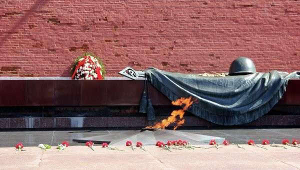 Вечный огонь на могиле Неизвестного солдата у Кремлевской стены в Александровском саду. Архивное фото