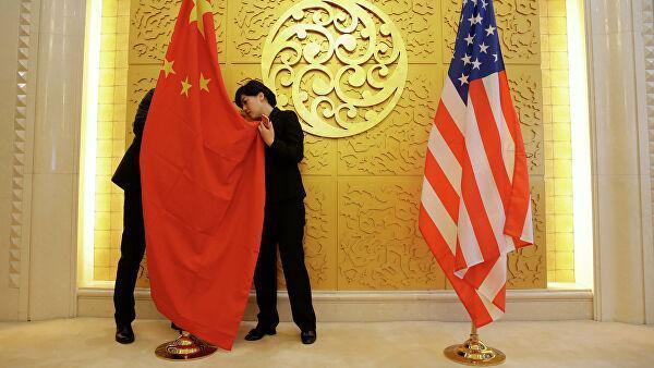 Служащие устанавливают флаг Китая перед встречей министров транспорта КНР и США