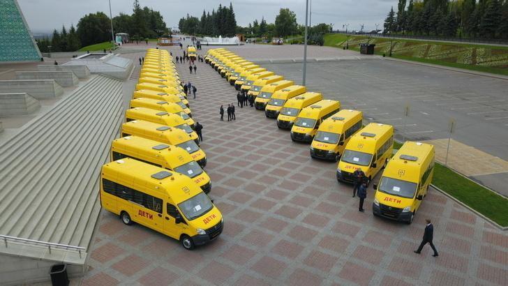 В Уфе директорам 38 республиканских школ вручили ключи от автобусов