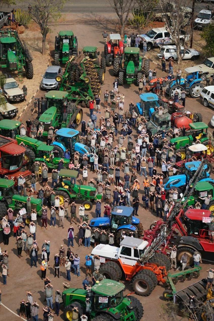 В ЮАР тысячи белых фермеров вышли на акцию протеста против их геноцида неграми