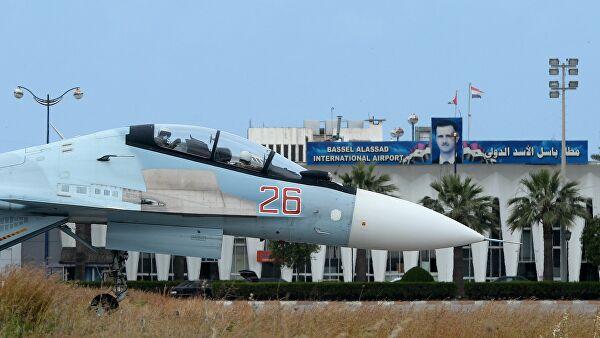 Российский самолет Су-30 на взлетно-посадочной полосе на авиабазе Хмеймим в Сирии