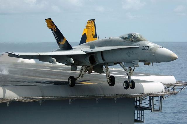 Истребитель FA-18 Hornet взлетает с авианосца
