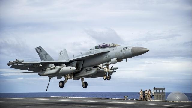Палубный самолёт радиэлектронной борьбы  EA-18G Growler садится на авианосец