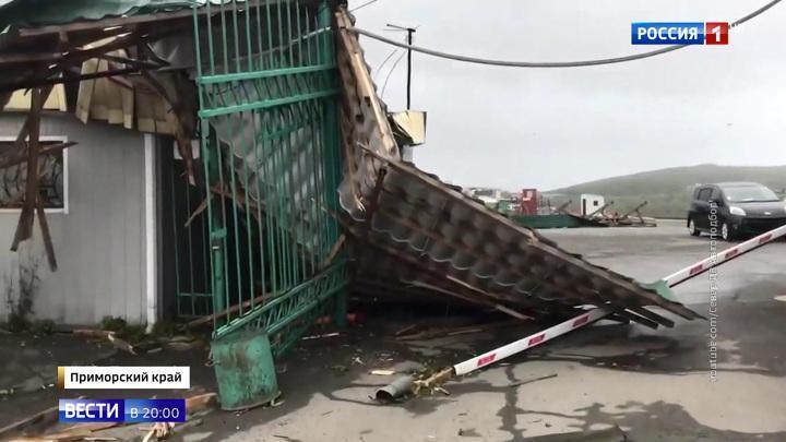 В Приморье тайфун «Майсак» срывает крыши и ломает деревья