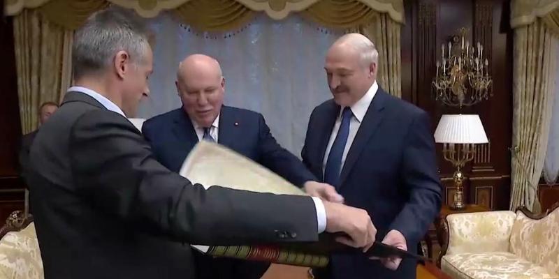 Российский посол подарил Лукашенко карту 1866 года, на которой Беларусь – это 4 русских губернии