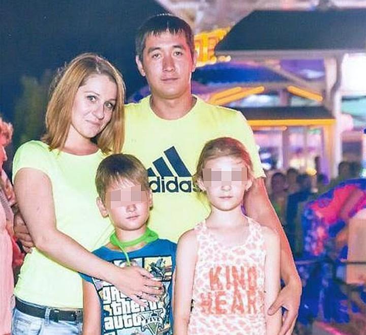 Руслан с детьми и супругой на отдыхе. Фото из семейного архива.