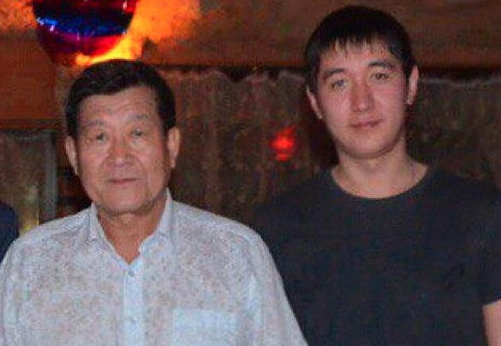 Руслан на фото с отцом. Мужчина пенсионер, но ему пришлось нанять адвоката.