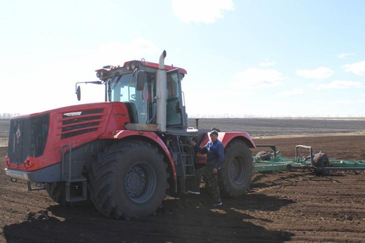 На полях Оренбуржья работают 100 новых «Кировцев»
