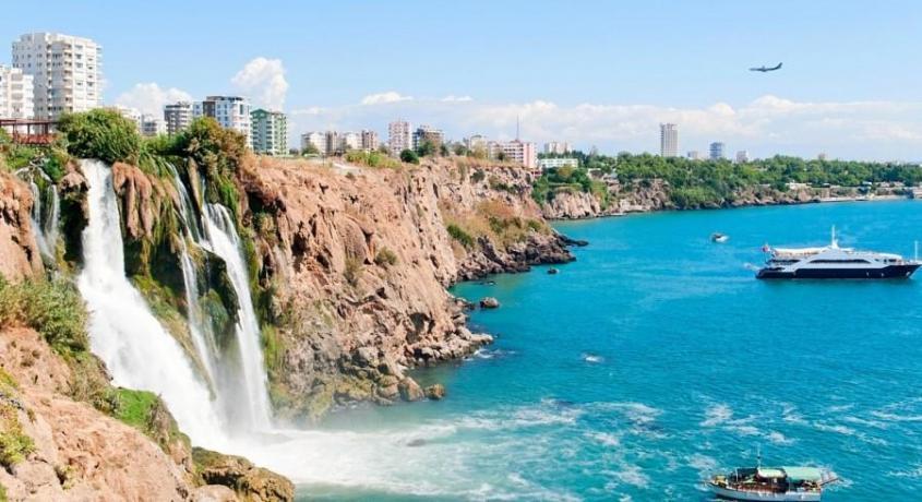Отдых в Турции: официант напал на 15-летнюю девочку в отеле